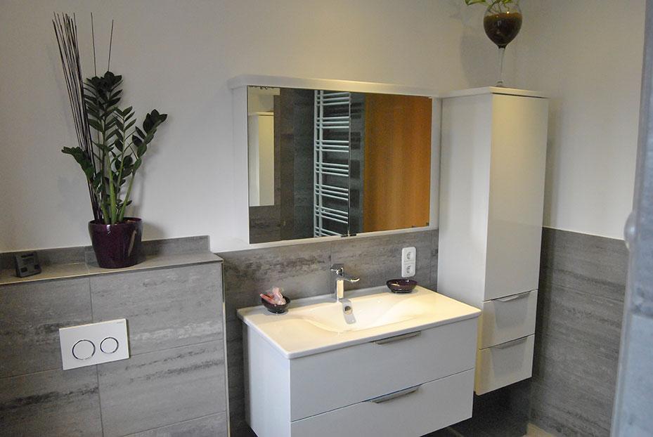 Galerie-Fliesen-Bischoff - Bad mit Waschbeckentisch